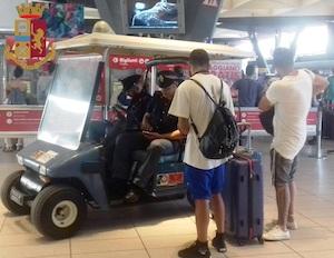 Controlli della Polizia alla stazione di Napoli: Arresti, denunce e multe