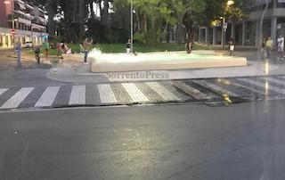 Ancora tuffi nella vasca di piazza Lauro a Sorrento nel silenzio dell'amministrazione – video –