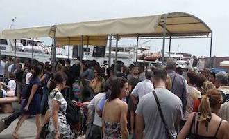 Caos e disagi al Molo Beverello di Napoli per i passeggeri diretti a Sorrento ed alle isole