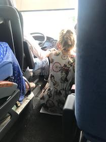 Non solo Eav. Seduti per terra sul bus Napoli-Sorrento – foto –