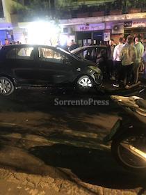 Incidente frontale nella notte in via degli Aranci a Sorrento, traffico in tilt – foto –