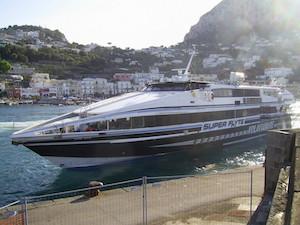 Aliscafo partito da Sorrento urta traghetto nel porto di Capri