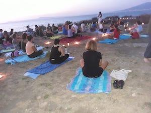 Grande successo per la serata di yoga alla Regina Giovanna di Sorrento