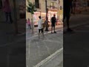 Violenza sul corso Italia di Sorrento, uomo steso con un cartello – video –