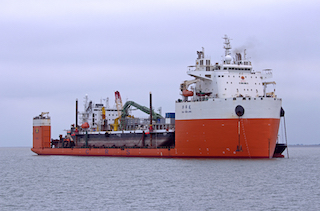 A Castellammare la singolare operazione di carico di una nave su un'altra nave
