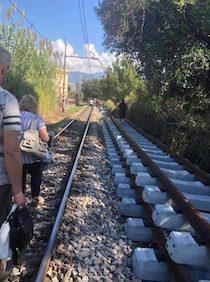 Treno guasto sulla Sorrento-Napoli, pendolari e turisti a piedi sui binari