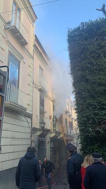 Domato l'incendio del centro storico di Sorrento si cercano le cause – video –