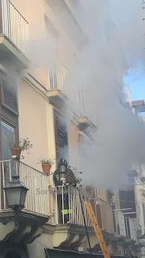 Incendio in un palazzo del centro di Sorrento – foto e video –