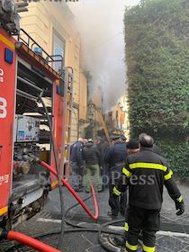 Incendio a Sorrento, evacuati gli abitanti del palazzo – nuove foto e video –
