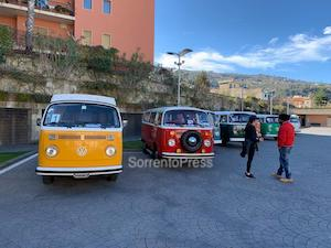 A Sorrento raduno degli storici furgoncini Volkswagen – foto –