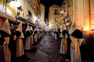 Le foto della processione del Giovedì Santo di Sorrento in mostra alla chiesa del Rosario