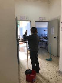 Liceo Salvemini di Sorrento sporco, lo puliscono i docenti – video –