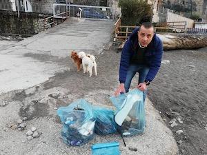 Si improvvisano operatori ecologici, coppia ripulisce la spiaggia di Vico Equense