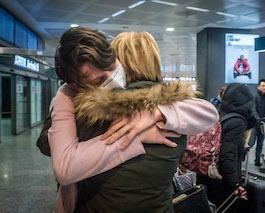 Coronavirus. Stop a baci e abbracci per tutti gli italiani, le raccomandazioni degli scienziati del Governo