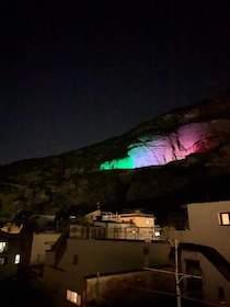 Un grande tricolore luminoso per dire alla costiera sorrentina #andràtuttobene