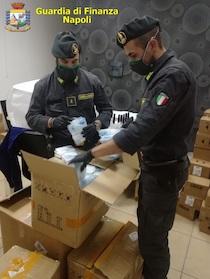 La Finanza sequestra 6mila mascherine con falsi marchi CE e arresta pusher con Reddito di cittadinanza