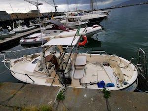 Barca alla deriva a Castellammare, la Capitaneria cerca il proprietario