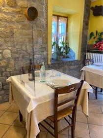De Luca rinvia l'apertura di ristoranti  e lidi in Campania