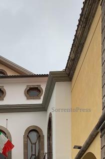 La denuncia: Rovinata la facciata del Comune di Sorrento – foto –