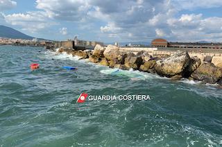 Barca si ribalta e affonda, 4 ragazzi salvati dalla Capitaneria di Castellammare – foto –