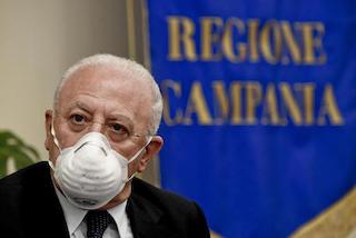 De Luca: Chiudere i negozi dove commessi o clienti non usano la mascherina