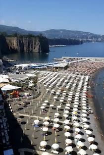 Da oggi le spiagge libere di Meta chiuse ai non residenti, limitazioni anche per i lidi