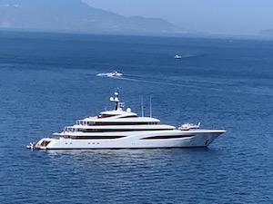 Il miliardario Stroll con il suo mega yacht a Sorrento, cena a Villa Tritone e fuochi d'artificio