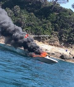 Barca a fuoco a Sorrento, ferita una donna