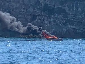 Barca in fiamme a Sorrento nella baia di Marina di Puolo – foto e video –