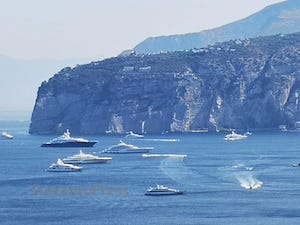 Parata di maxi yacht nella baia di Sorrento