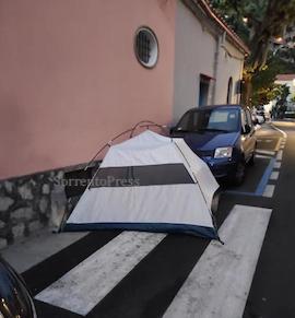 Tenda montata in strada a Positano, vacanza a costo zero