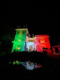 Un grande tricolore per la facciata di Villa Fiorentino a Sorrento: Messaggio di speranza