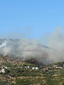 Vasto incendio a Nerano di Massa Lubrense – foto e video –