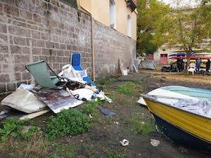 Volontari ripuliscono l'arenile di Marina Piccola a Sorrento