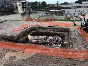 Ultimate le operazioni di sepoltura della balena a Sorrento – foto –