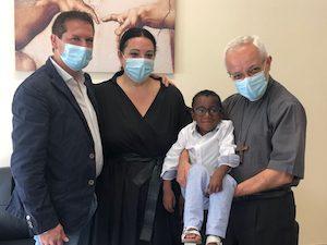 """Il piccolo Yohan vivo grazie a """"Una voce per Padre Pio"""" incontra il vescovo Alfano"""