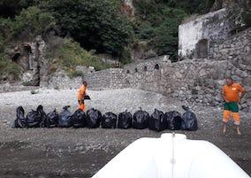 Quintali di rifiuti rimossi dal fiordo di Crapolla