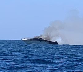 Cabinato in fiamme al largo di Capri – foto e video –